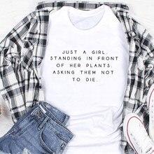 T-shirt «Just A Girl» debout devant ses plantes, leur demande de ne pas mourir, plante folle drôle, cadeau pour maman
