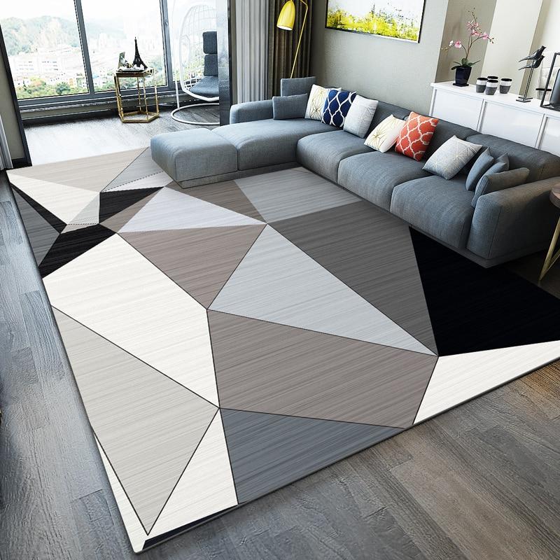 שטיח מודרני במדוגמת משולשים סולידית על צרפת פרקט כהה