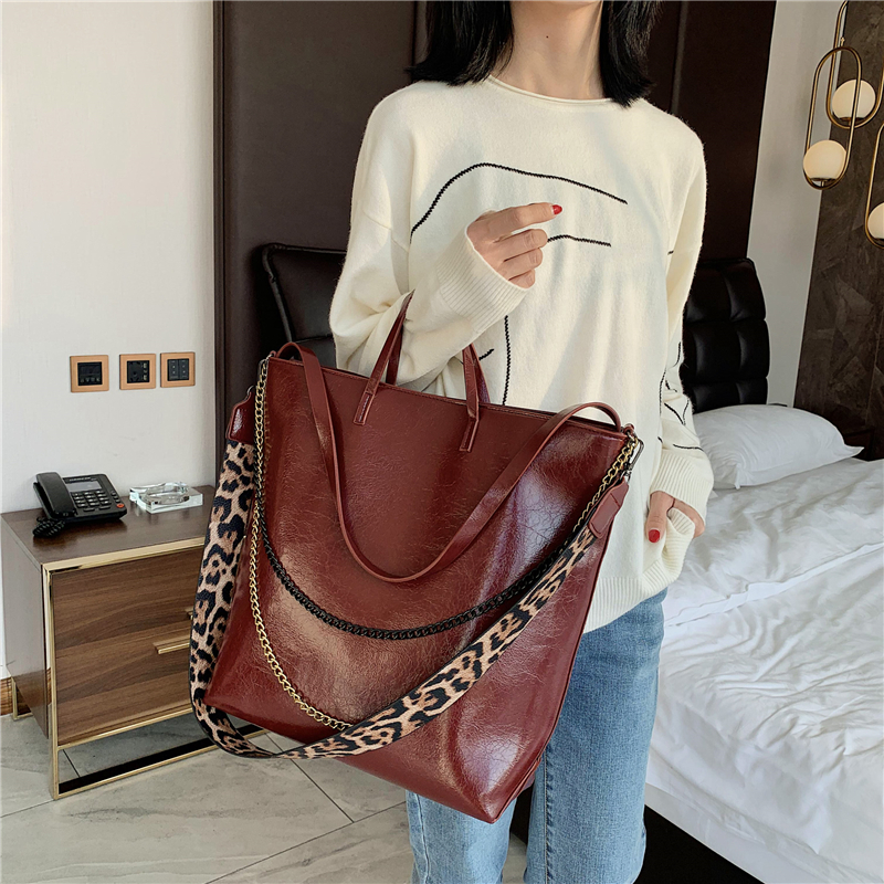 Casual Chains Large Capacity Totes Designer Wide Leopard Strap Handbags Soft Pu Leather Crossbody Shoulder Bags Big Bucket Purse