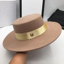 とキャメル帽子男性と女性のジョーカーフラット帽子手紙フラットつばフェルト帽子欧米のファッション帽子 Fedoras