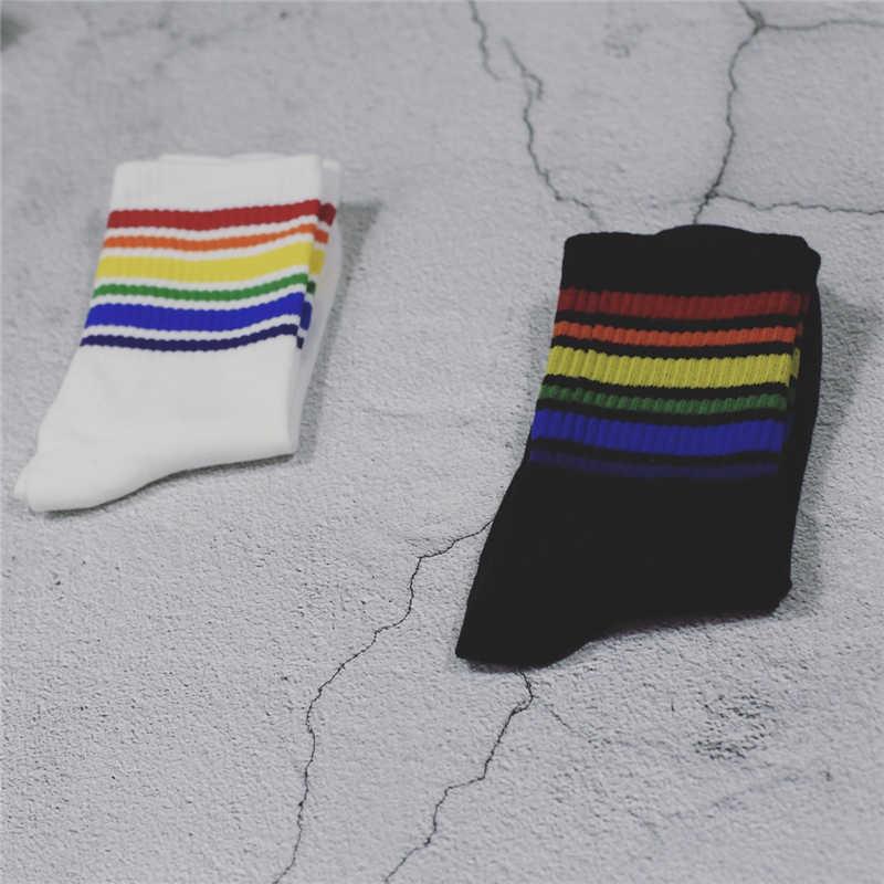 原宿クール Skateborad ショートレインボーストライプ靴下アート女性の男性のファッション白綿コックヒップスター色のアンクルソックス女性