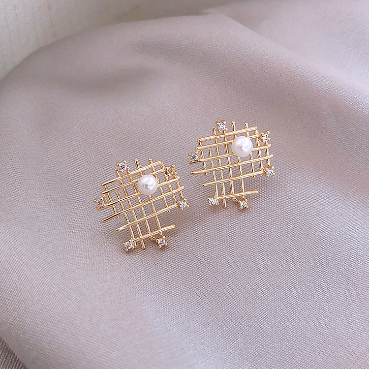 Korea hot sale fashion jewelry irregular mesh hollow metal earrings elegant simple generous pearl wild earrings for women