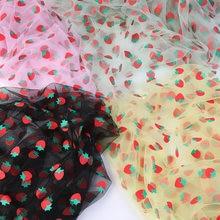 Тюль с клубничным принтом сетчатая ткань красивая белая и розовая