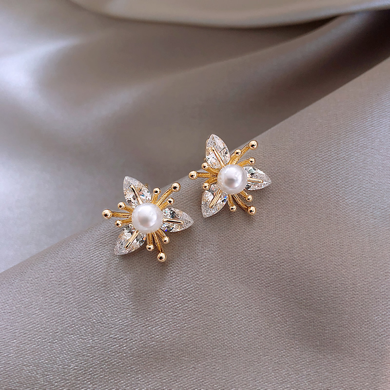 2020 New fashion Women temperament fine crystal flowers Stud Earrings contracted small pearl modelling Earrings Jewelry
