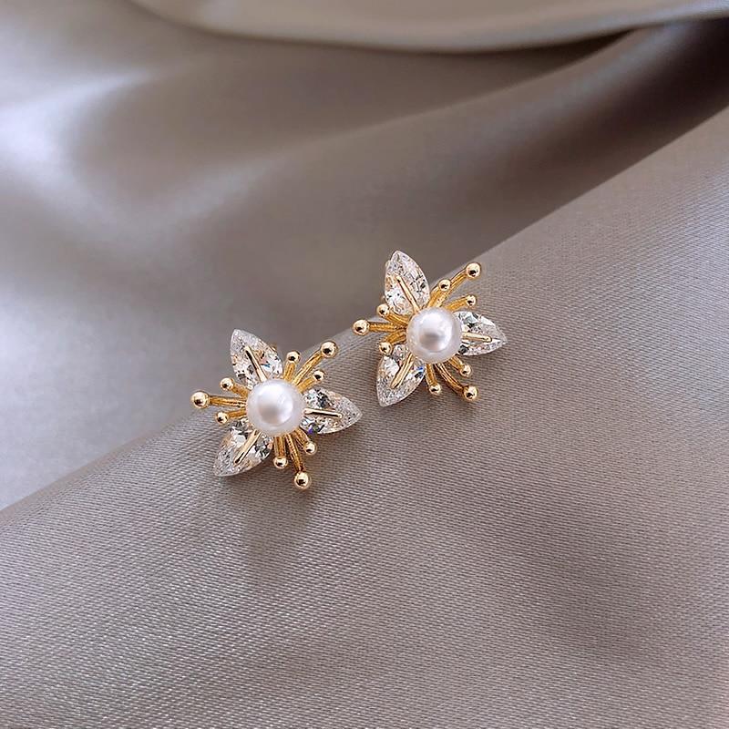 2020 New fashion Women temperament fine crystal flowers Stud Earrings contracted small pearl modelling Earrings Jewelry