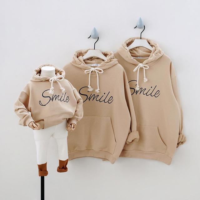 موضة الرياضة هوديس الأسرة مطابقة وتتسابق ابتسامة بلوزات للأسرة من ثلاثة جيوب عادية مقنع الملابس زوجين ارتداء