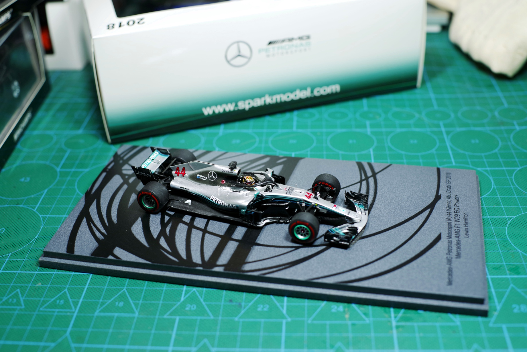 SPARK Model 1/43 <font><b>2018</b></font> Abu Dhabi station <font><b>F1</b></font> Benz AMG W09 Lewis Hamilton Diecast Car Model With Original Box Collection Car Gift image