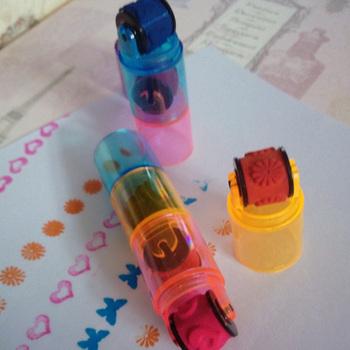 Plastikowy Mini atramentowy znaczek rolkowy pamiętnik pieczęć zabawa dla dzieci zabawka odcisk atramentowy kreskówka śliczny kombinowany wałek znaczek przedszkole materiały dla majsterkowiczów tanie i dobre opinie CN (pochodzenie) 600118 Roller stamp RUBBER children s toy