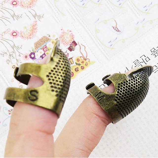 1 pieza de agujas de dedal de cobre Retro DIY Protector del dedo para costura dedal herramientas de latón Metal costura con aguja accesorios J6E6