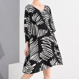 [EAM] Women Pattern Printed Oversized Dress New V-Neck Three-quarter Sleeve Loose Fit Fashion Tide Spring Summer 2020 1U48601