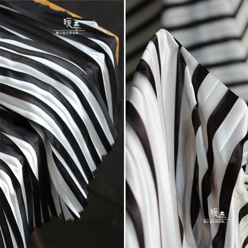 Gestreiften Plissierte Seide Satin Stoff Stretch Schwarz Weiß DIY Patchwork bazin riche Rock Kleid Designer Stoff