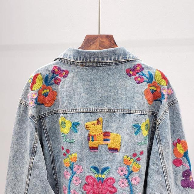 Фото весна 2020 винтажная синяя джинсовая куртка с цветочной вышивкой