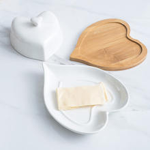 Белая керамическая тарелка для масла в форме сердца с бамбуковой