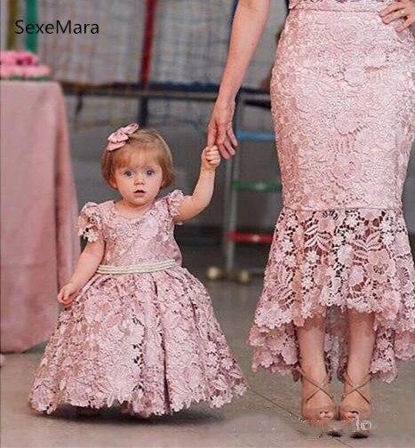 Belle fleur filles robes dentelle Applique Match mère et fille robe bébé filles vêtements robe de fête d'anniversaire