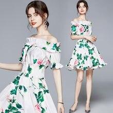 Женское модельное мини платье с цветочным принтом открытыми