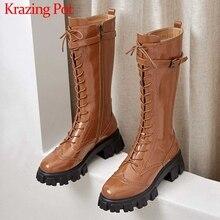 Krazing pote de couro genuíno fundo grosso britânico rendas até dedo do pé redondo salto alto cinto fivela correias inverno joelho quente botas altas l76