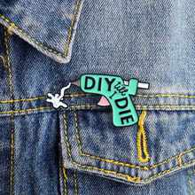 Creatieve Cartoon Spuitpistool Broche Mode DIY Lijmpistool Denim Jassen Emaille Pin Revers Badge Pin Te Sturen Kinderen Sieraden gift(China)