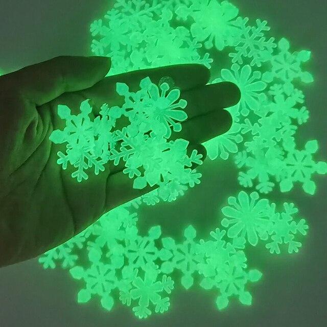 50 sztuk 3D Snowflake Luminous naklejka ścienna fluorescencyjny blask w ciemności naklejka dla Homw dzieci pokój sypialnia boże narodzenie wystrój