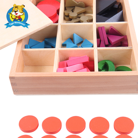montessori com brinquedo da caixa