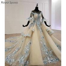 Güzel şampanya rengi mavi dantel düğün elbisesi ile tüy pelerin