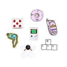 Kolczyki emaliowane szpilki klawiatura CD skręcony zegar telefon odznaki kości kręgle broszki jeansowe koszule przypinki na klapę kreskówka biżuteria prezent