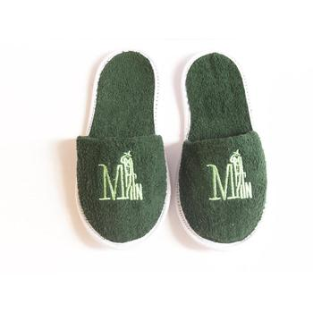 Zapatillas verde claro con patrón de letras, verde oscuro
