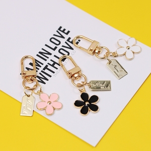 2020 Creative Daisy Flower Alphabet Cute Keychain For Women Key Chains Ring Car Bag Pendent Airpods Accessories D424(China)
