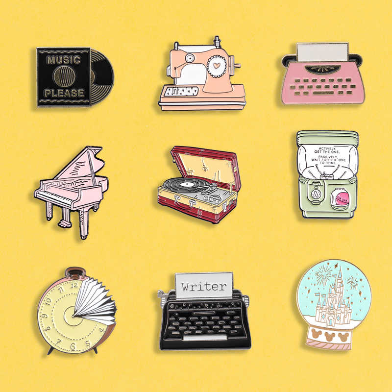 Vintage schrijfmachine emaille pins Gashapon machine badges Piano broches Record Crystal bal Rugzak hoed Revers pin Klassieke Sieraden