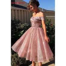 Блестящее розовое платье с открытыми плечами для выпускного