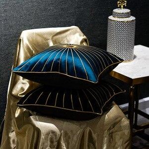 Image 2 - Роскошная наволочка из шенилла с золотистыми окантовками и кисточками, темно зеленая наволочка для дивана с принтом лошадей, наволочка для подушки