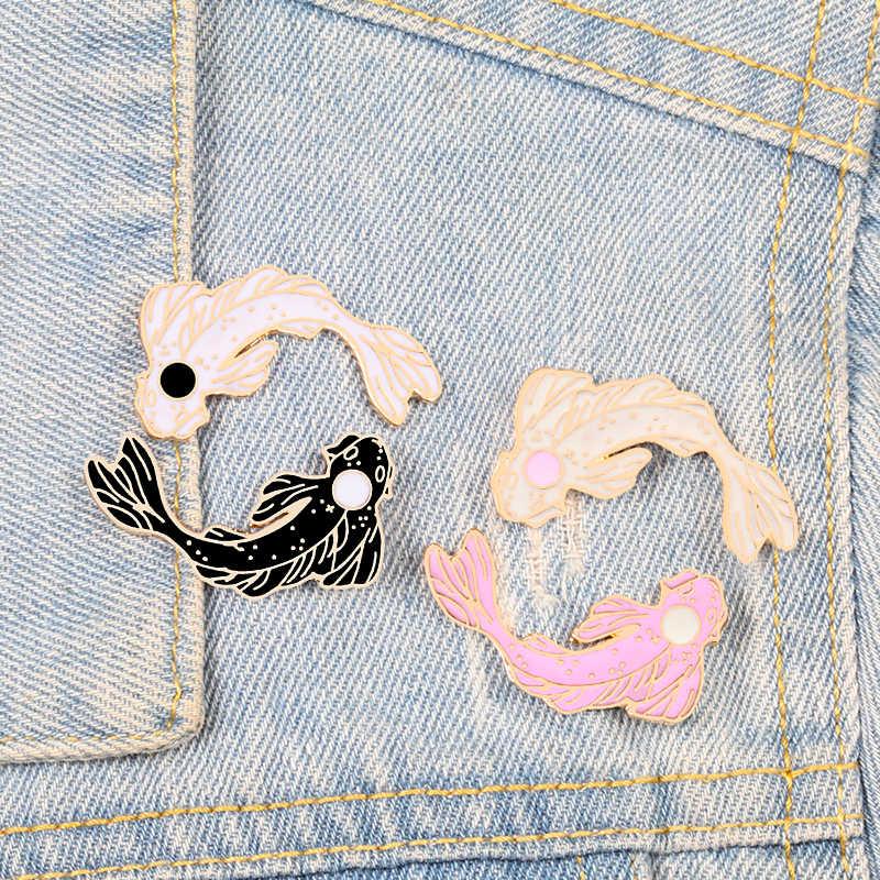 Yin Yang Pesce Spilli Del Fumetto Carpa Koi Spille Delle Donne Degli Uomini di Giubbotti jeans Risvolto Dello Smalto Spille Giapponese Pesce Sacchetto Distintivo Gioielli Per Bambini regali