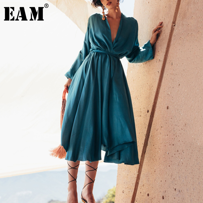 [EAM] Women Belt Pleated Temperament Long Dress New V-Neck Long Sleeve Loose Fit Fashion Tide All-match Spring Autumn 2020 1B136