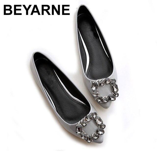 BEYARNEผู้หญิงPUสิทธิบัตรหนังรองเท้าแฟชั่นpointed Toeคริสตัลเพชรผู้หญิงสบายๆรองเท้าส้นแบน