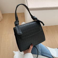Small bag female 2020 new Korean version of the foreign-style portable crocodile pattern shoulder bag fashion wild small square foreign bag female 2020 new korean version of the fashion texture crocodile pattern wild shoulder messenger chest bag