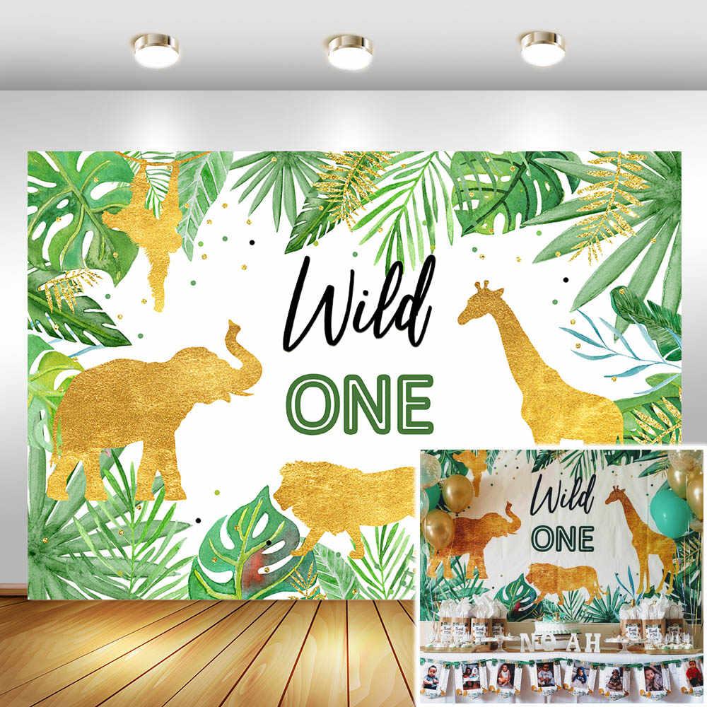 Vahşi bir doğum günü zemin orman hayvanları parti fotoğraf arka plan altın Safari tropikal yapraklar arka planında kek masa süslemeleri