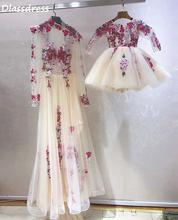 Платье цвета слоновой кости с цветочным узором для мамы и дочки;