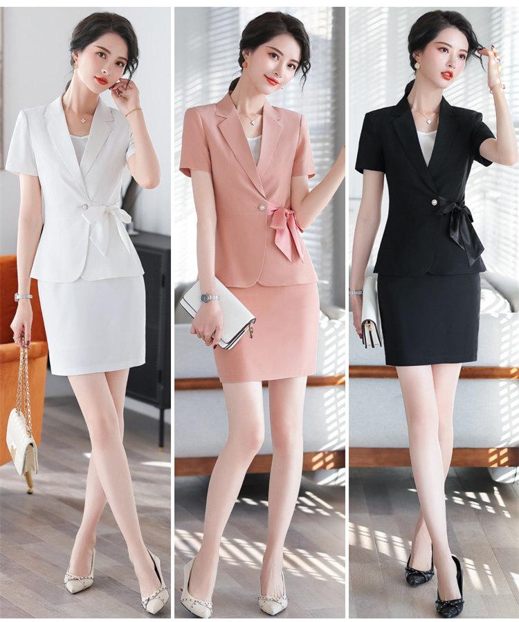 Đồng phục công sở đẹp Áo khoác tay ngắn kết hợp với Váy trang nhã.
