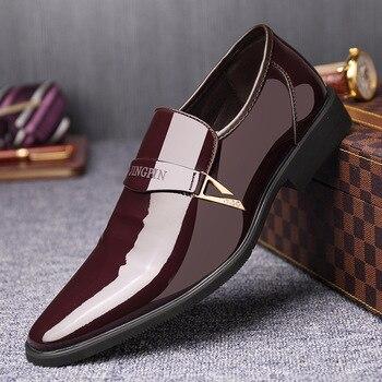 Los hombres visten los zapatos italianos de cuero de la PU se deslizan en la moda de los hombres mocasines de cuero brillante Formal zapatos masculinos zapatos de punta estrecha para hombres
