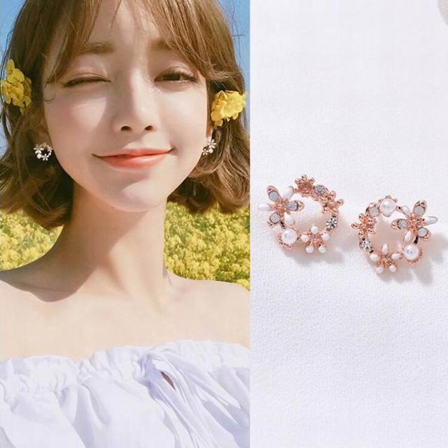 MENGJIQIAO 2018 Korean New Colorful Rhinestone Wreath Stud Earrings For Women Sweet Flower Shell Small Cirlce Brincos Gift 2