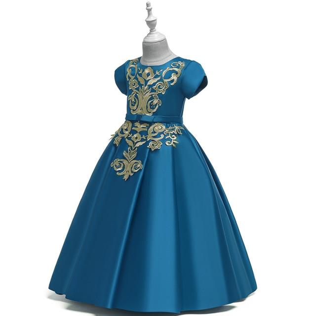 Фото однотонное платье трапециевидной формы с цветочным узором для