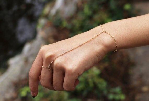 Женское кольцо с подвеской-бусиной, золотистого и серебристого цвета