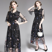 Женское платье в стиле бохо с расклешенным рукавом и вышивкой