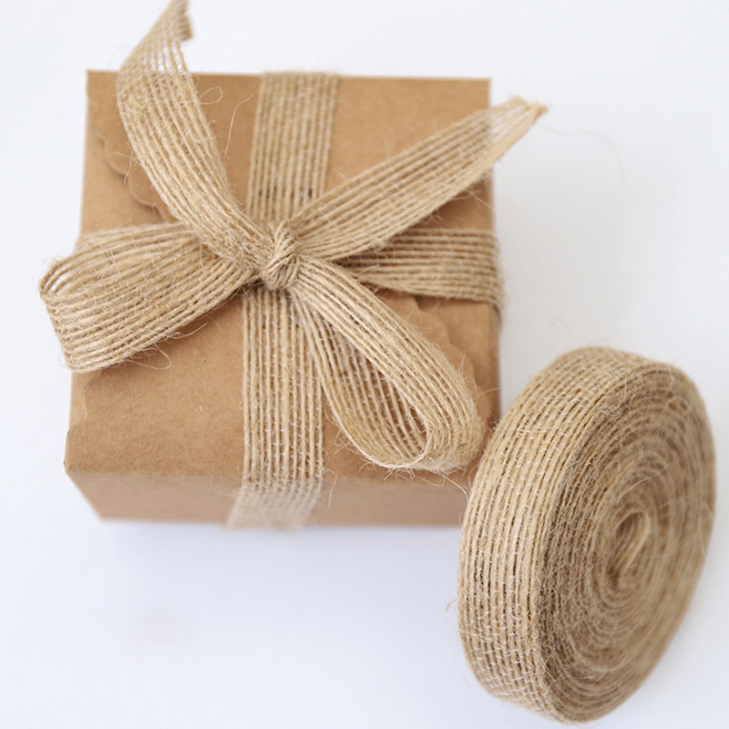 5メートル/ロールナチュラルジュート黄麻布ヘッセ行列リボン結婚式誕生日パーティーの装飾diyのスクラップブッキングクラフトギフト包装ヘッセ行列テープ