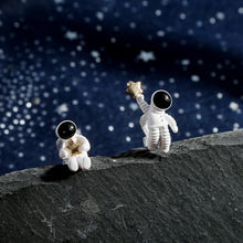 Ассиметричные серьги в виде космоса астронавтов брикет Модные