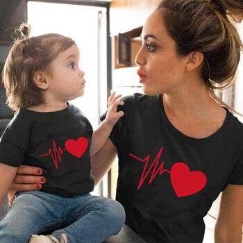 Bonita ropa familiar a juego, camiseta de mamá y yo
