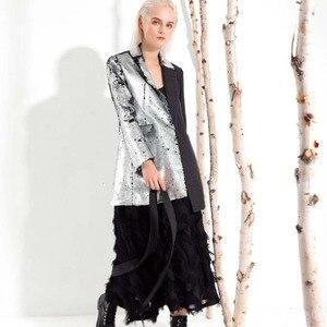 Image 1 - LANMREM 2020 nueva moda Primavera ropa de mujer cuello vuelto mangas completas contraste de colores lentejuelas chaqueta femenina JI99