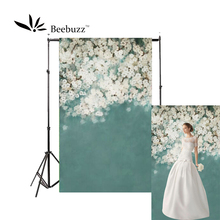 Beebuzz photo backdrop white flowers on a blue backgroung the camera takes beautiful and romantic personal photos