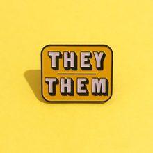Pronoun eles/eles esmalte pino distintivo-amarelo/roxo