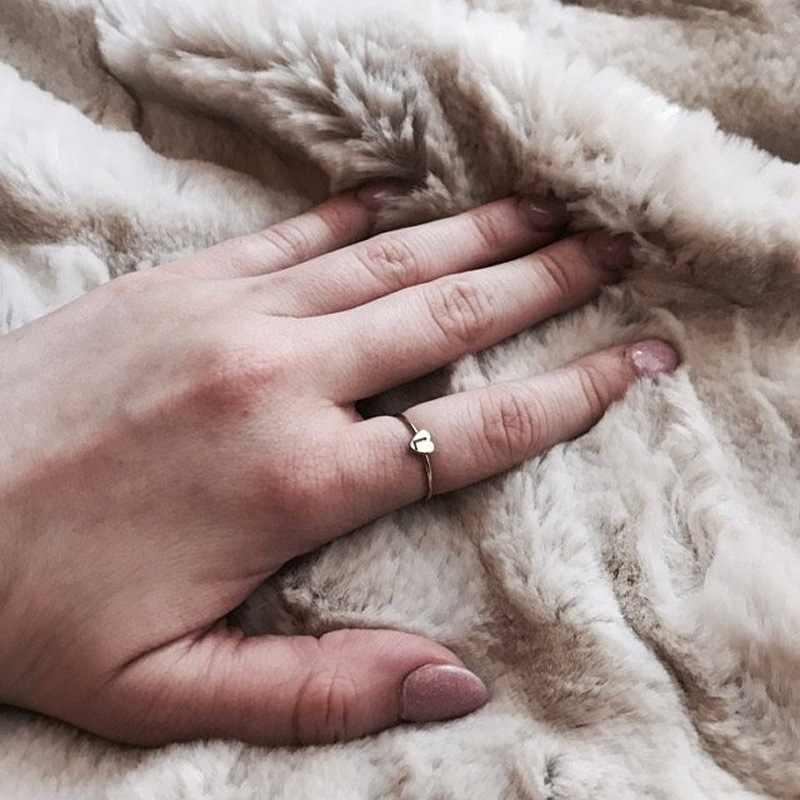 Amantes Mão Carimbada FIONTO Empilhamento A-Z Inicial Letra Gravada Anéis Anel de Prata de Ouro para As Mulheres da Cor do Ouro Anéis Coração CE0687 /5