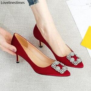 Красные туфли на высоком каблуке; Женские базовые туфли-лодочки; Коллекция 2020 года; Красная атласная ткань; Блестящие туфли с пряжкой и стра...